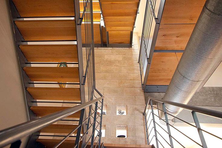 גרם המדרגות משלב קונסטרוקציית פלדה ועץ עם חיפוי אבן ירושלמית ונישות שבהן מוצגים חפצי נוי (צילום: גיא יצחקי)