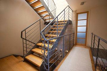 גרם המדרגות מואר מלמעלה, בחלונות שפתוחים אל השמיים (צילום: גיא יצחקי)