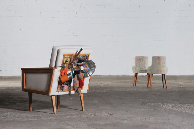 אובייקט-סובייקט, 2011. נעם אבנקין. כורסת בד עם מסגרת עץ, כסאות בד עם מושב ומשענת עץ, חוטי רקמה (צילום: יגאל פרדו)