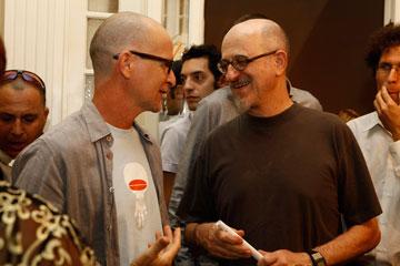 המעצבים יעקב קאופמן (מימין) וטל גור, המציגים בתערוכה, בפתיחה (צילום: נועה בן שלום )