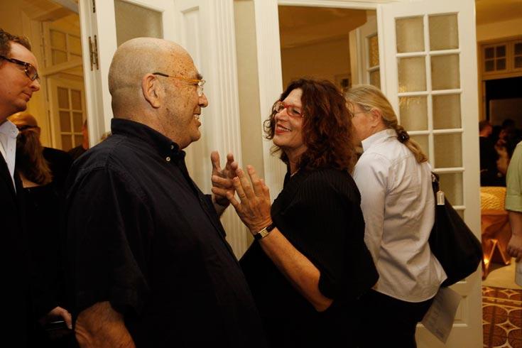 רבקה סאקר, יושבת ראש סותביס ישראל, עם המעצב דוד טרטקובר בפתיחת התערוכה ''חפץ חלום'' (צילום: נועה בן שלום )