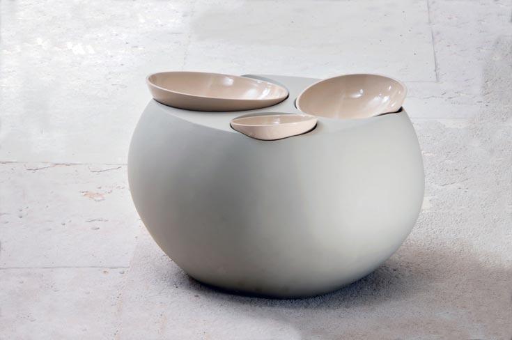 כלי שולחן, 2011. איריס זהר. קרמיקה ובטון (צילום: יגאל פרדו)
