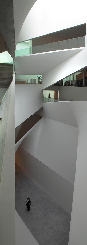 ליבו של האגף החדש מוביל לכל הגלריות וגם לספרייה (צילום: אמית הרמן)