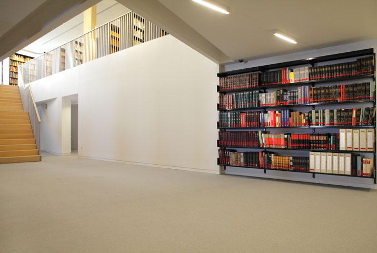 הקומה התחתונה של הספרייה. אור רך ונעים שורה על המקום (צילום: אמית הרמן)