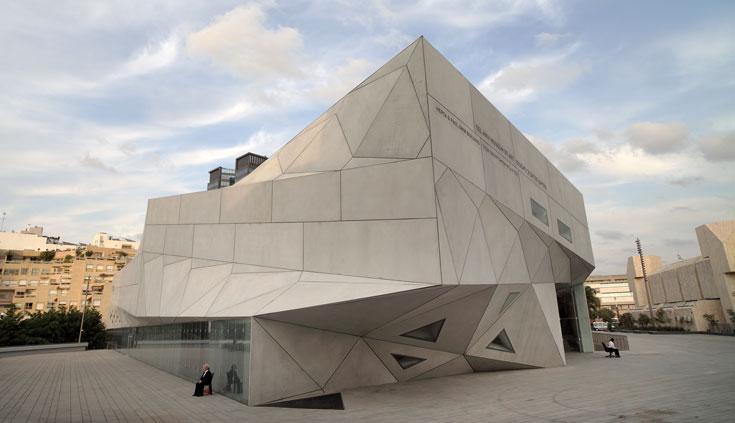 חללית הבטון המרשימה, הקרויה האגף החדש של מוזיאון תל אביב, היא המעטפת. הרבה אור אין בה (צילום: אמית הרמן)