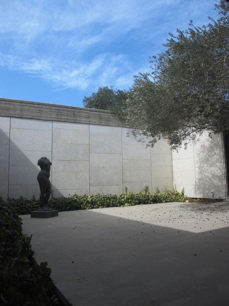 פסלים של הנרי מור ופיקאסו הם חלק מאוסף האמנות של ברגמן, ששייך למעשה למוזיאון ישראל (צילום: מיכאל יעקובסון)