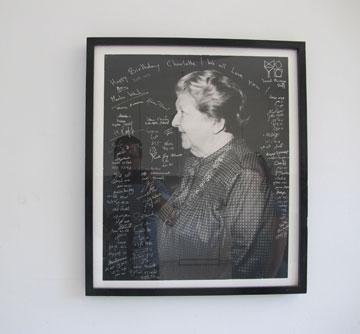 תמונתה של שרלוט ברגמן התלויה בבית, עם ברכות מידידיה הרבים ליום הולדתה (צילום: מיכאל יעקובסון)