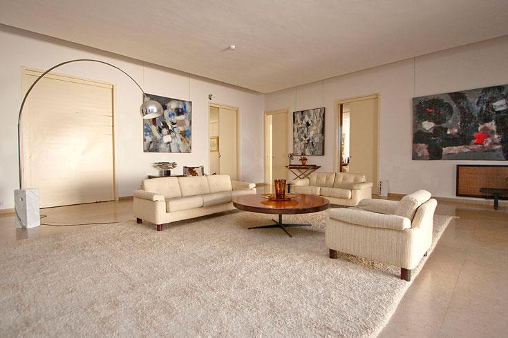 סלון הבית של שרלוט ברגמן, עם דלתות ההזזה לחדרים האחרים. כמו חזרה בזמן לשנת 1975, כאשר היא עברה לגור כאן (צילום: גיא יצחקי)