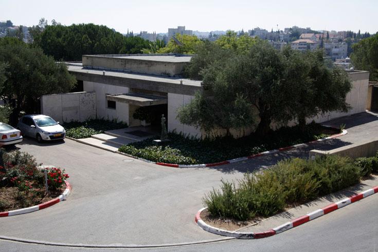 כך הוא נראה מבחוץ. השפה המזוהה של מנספלד וגד בתכנון מוזיאון ישראל (צילום: גיא יצחקי)