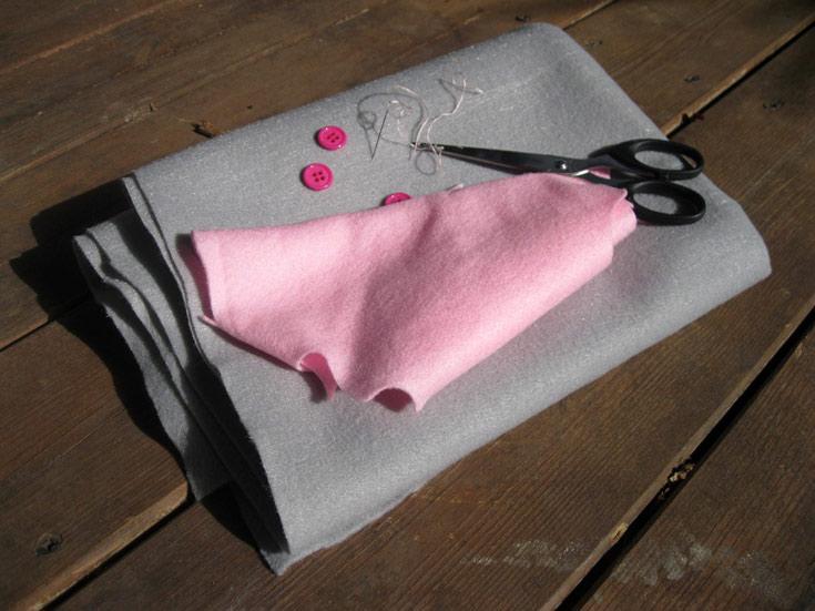 חוט ומחט, כפתורים צבעוניים, לבד, מספריים (צילום: חן קרופניק)