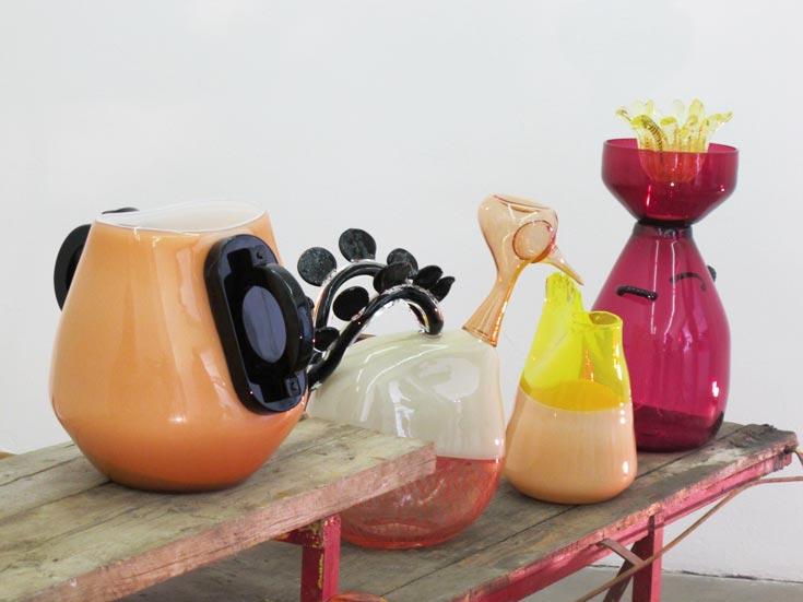 אורקיולה נותנת ידה גם בניפוח זכוכית. מתוך עבודות שהציגה השנה בביאנלה לזכוכית בוונציה (צילום: איתי כץ)