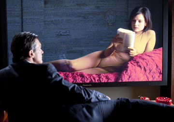הווריאציה של ''העור בו אני חי'': האסירה כלואה בבגד הגוף בצבע העור (בעיצובו של ז'אן פול גוטייה), ואינה יודעת לכאורה שהמנתח מתבונן בה מהחדר השני. הוא, אגב, שרוע על ''מיטת יום ברצלונה'' של מיס ון דר רוהה