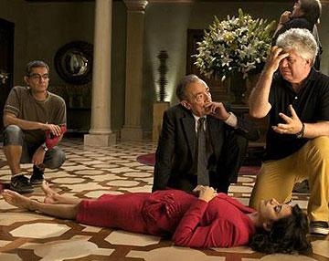 אלמודובר מביים את פנלופה קרוז ב''חיבוקים שבורים''. גם זהו בית עשירים, אך הסגנון שונה בתכלית מאחוזתו של המנתח: פאר צבעוני קלאסי