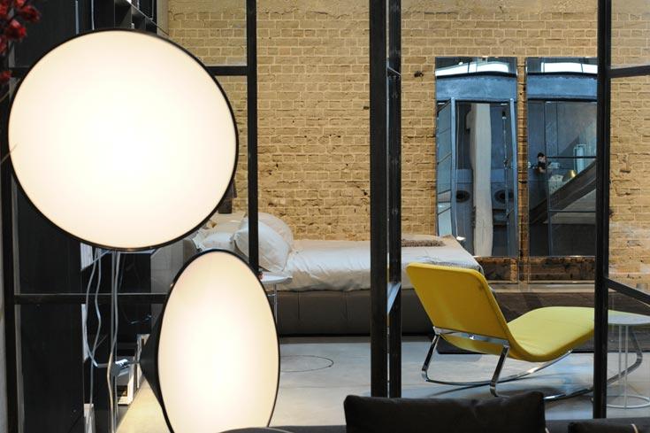 החנות של B&B Italia בנמל תל אביב. אורקיולה היא אחת המעצבות הבולטות של המותג, אך משתפת פעולה עם חברות בולטות רבות בעולם (צילום: גדי דגון)