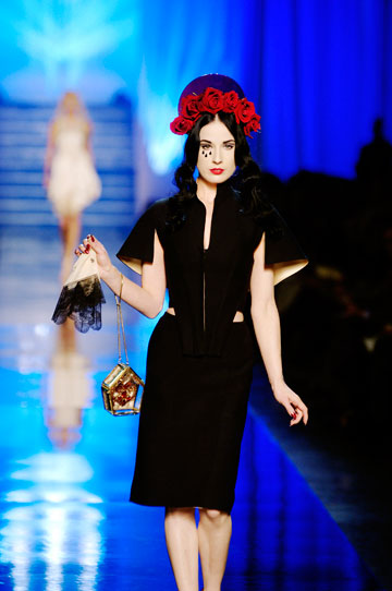 על המסלול בתצוגת האופנה של ז'אן פול גוטייה. מוזה למעצבם (צילום: gettyimages)