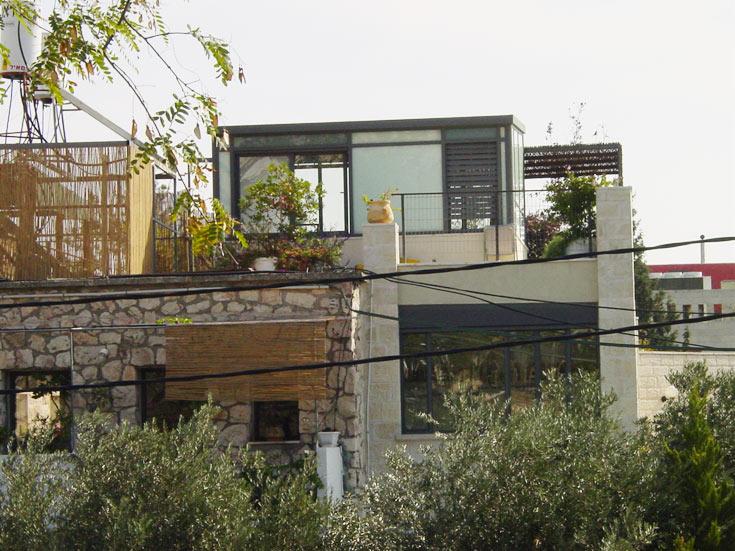 """המקום: הקטמונים, ירושלים. מטראז': דירת שיכון בת 53 מ''ר, שהורחבה ל-130 מ""""ר, לא כולל מרפסת גג. תכנון: אדריכל ירון קופרשטוק (צילום: גיא יצחקי)"""