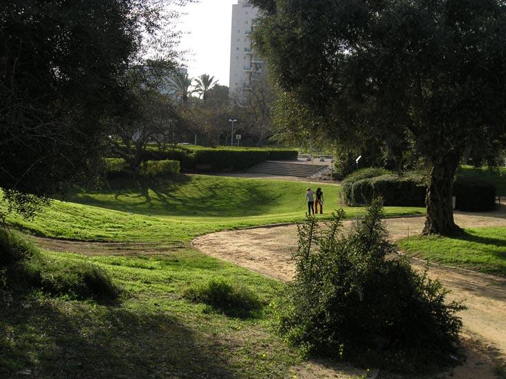 עשור שני: גן גסטטנר, מכון ויצמן, רחובות. עמק מדושא, שבתוכו מסתתר שביל סלעי כורכר המטפס לנקודת תצפית (צילום: דן צור וליאור וולף אדריכלי נוף)