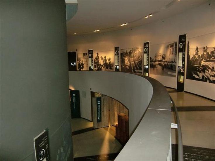 המוזיאון הוא בעל מבנה ספירלי והתצוגות בו מסודרות לאורך ציר הזמן של חייו (צילום: יעל צור)