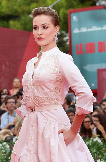 לובשת גם לבן מדי פעם. בפסטיבל ונציה  (צילום: gettimages)