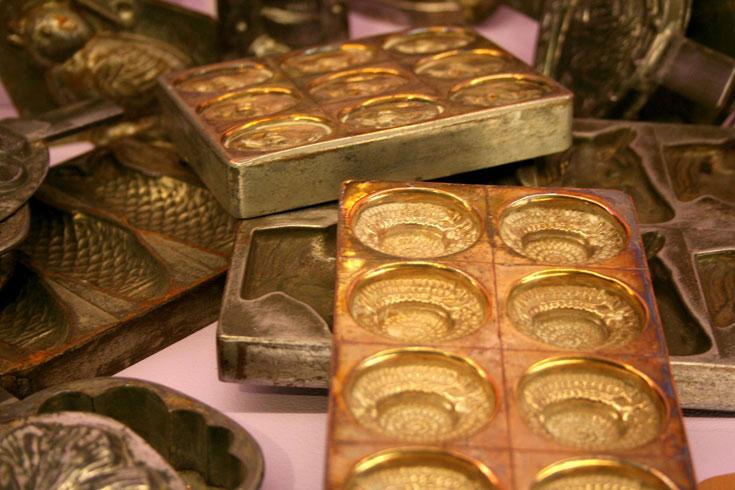 יש גם נקודה יהודית. תבניות שוקולד עתיקות המוצגות במוזיאון (צילום: שרון היינריך)