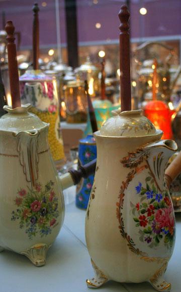 שוקו בסטייל. כלים עתיקים להגשת המשקה (צילום: שרון היינריך)