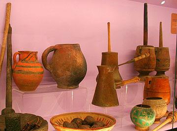 היסטוריה של 4,000 שנה. כלים עתיקים להכנת קקאו (צילום: שרון היינריך)