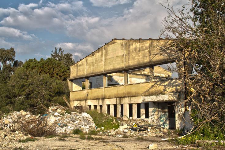 מינהל מקרקעי ישראל אמור לשווק את הקרקע - אך מי יטהר את האדמה מהרעל שנספג בה? (צילום: יניב ברמן)