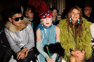 משמאל: בריאן בוי, אנה פיאג'י ואנה דלו רוסו בשורה הראשונה בתצוגת האופנה של דולצ'ה וגבאנה (צילום: gettyimages)