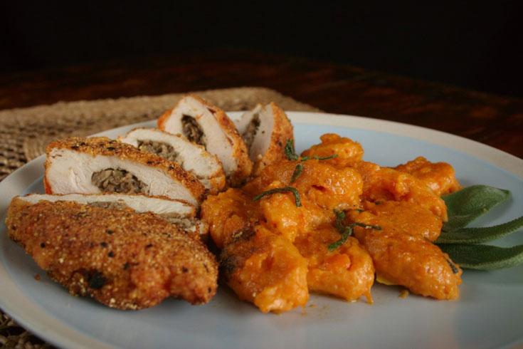 תירוץ מושלם לארוחת צהריים מוקדמת. שניצל ממולא וניוקי דלורית בפטריות, בצל ומרווה  (צילום: ילנה ויינברג)