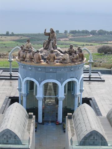 מעל הכנרת. כנסיית דומוס גלילאה (צילום: אריאלה אפללו )