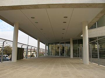 בגלל הטופוגרפיה המשופעת, הכניסה מהרחוב היא מהקומה האמצעית (צילום: מיכאל יעקבסון)