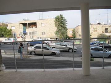 המבנה יושב ממש על הרחוב הראשי (קו אפס) (צילום: מיכאל יעקבסון)