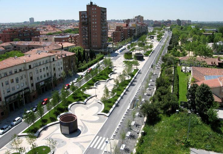 שדרת פורטוגל, מדריד. עורק תנועה מרכזי הוכנס למנהרה, והשטח הפך למרחב ירוק ופתוח. חלק מפרויקט ענקי בבירת ספרד (צילום: West 8 urban design & landscape architecture)