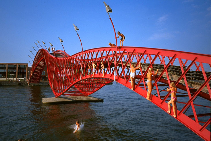 גשר Borneo-Sporenburg באמסטרדם, חלק משלישיית גשרים סמוכים שמחברים את השכונות הללו (שבעצמן תוכננו במשרד) (צילום: West 8 urban design & landscape architecture)