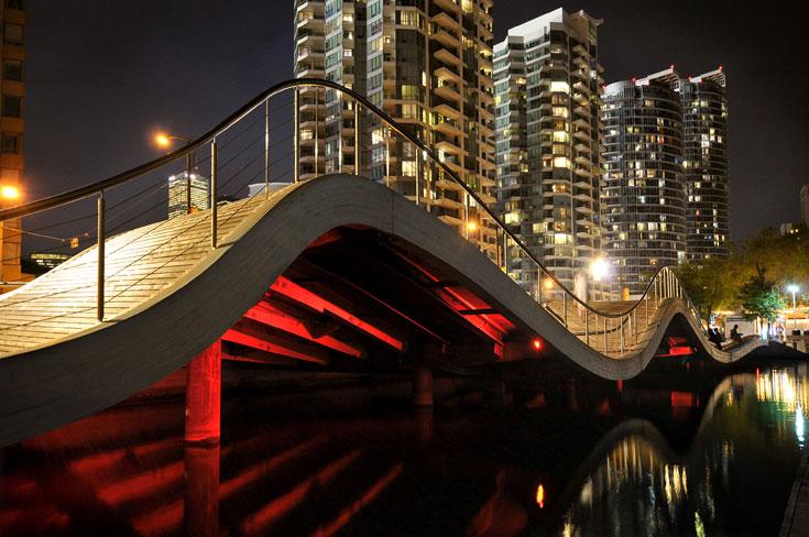 הטיילת החדשה של טורונטו, בתכנון משרד west8. על קו המים נמתח דק בצורת גל, בהשראת גלי הים, שיוצר מערך תנועה ושהייה לטובת הציבור (צילום: West 8 urban design & landscape architecture)