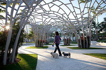 הפארק העירוני במיאמי ביץ'. הפרגולות תוכננו בהשראת העננים שחולפים על פני העיר (צילום: West 8 urban design & landscape architecture)