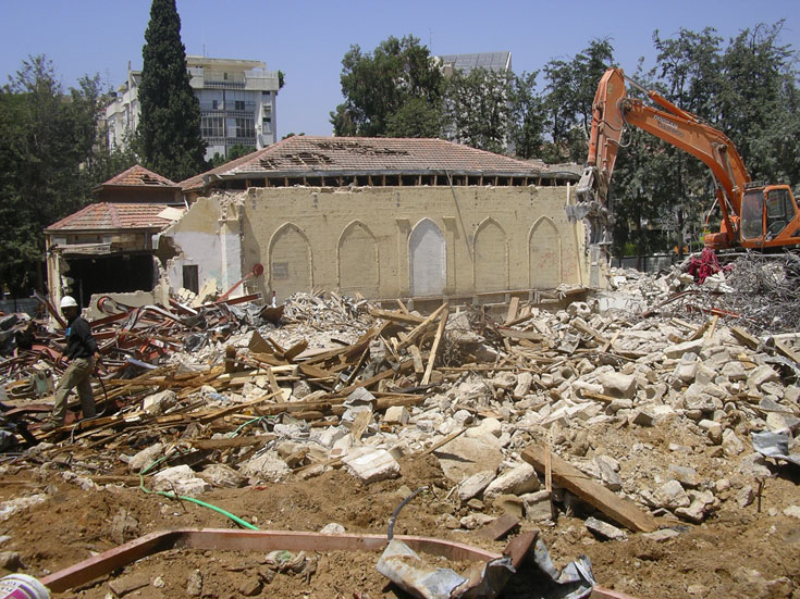 והנה מה שקרה ברחובות, בזמן החידוש והשיחזור של בית העם ההיסטורי. ליווי האדריכלים לא עזר, לדעת הכותב (צילום: קרן ארנון)
