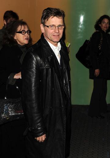 במעיל עור ומשקפיים במסגרת מלבנית, 2010 (צילום: gettyimages)