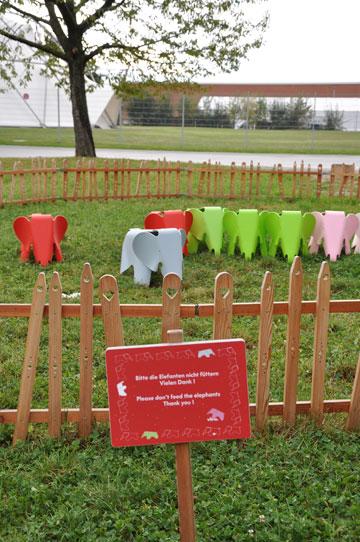 עדר הדומים בצורת פילים, מחוץ לבית  ''ויטרה'', בזל. השלט מורה: ''נא לא להאכיל את הפילים'' (צילום: lironmil)