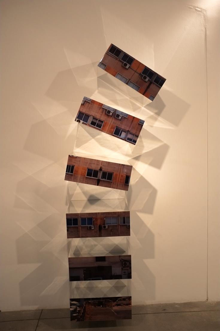 Compression. יחידת מגירות עם דימויים מצולמים על ציפוי קרטון (באדיבות גלריה ברוורמן)
