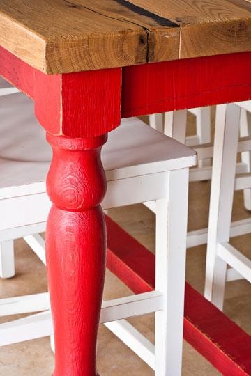 רגלי עץ מגולפות באדום, כסאות בר בלבן (צילום: טל ניסים)