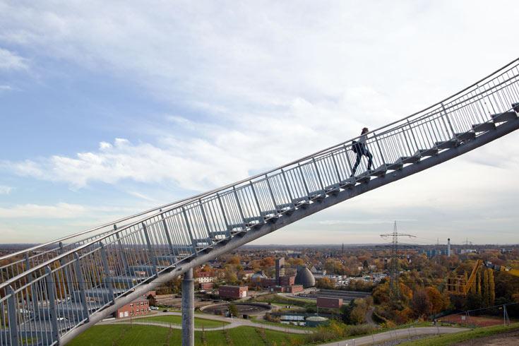 הקונסטרוקציה עשויה פלדה, תופסת שטח של 44X37 מטרים ומתנוססת לגובה של 21 מטרים. רק על הלולאה האנכית אי אפשר לטפס (צילום: Heike Mutter and Ulrich Genth)