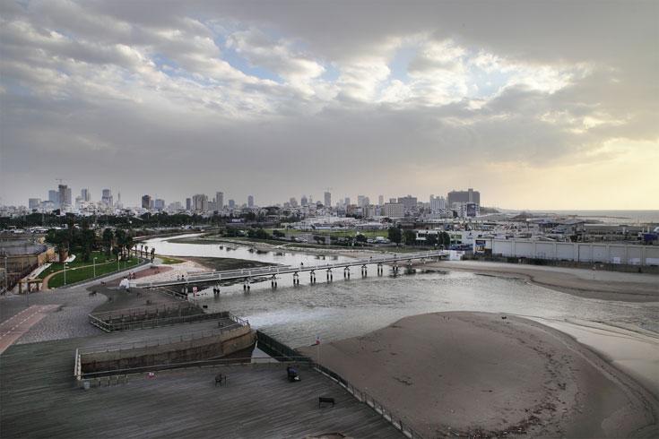 מבט על שפך הירקון מתוך הפארק. דרישה של העירייה מחברת החשמל (צילום: אמית הרמן )