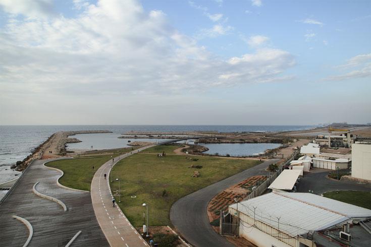 מימין תחנת הכוח, משמאל הים, ובמרכז הפארק. הציבור קיבל את השטח בחזרה (צילום: אמית הרמן )