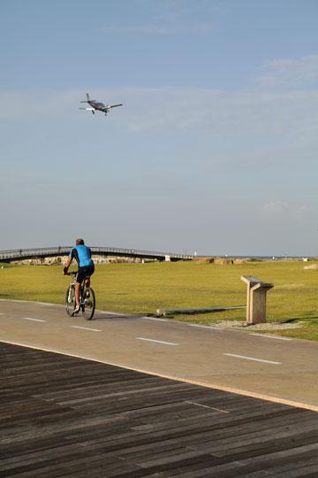 רוכבי האופניים אימצו את המקום בחום (צילום: אמית הרמן )