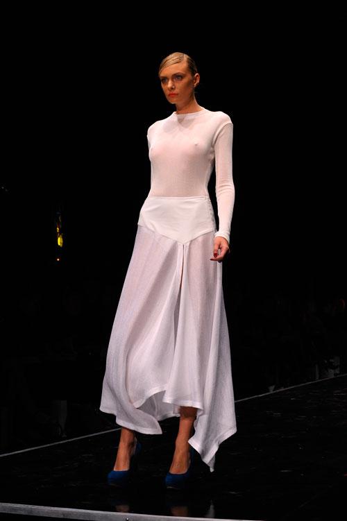 בגדים לבנים בתצוגת האופנה של שי שלום. לא הרשימו את קוואלי  (צילום: ערן סלם)