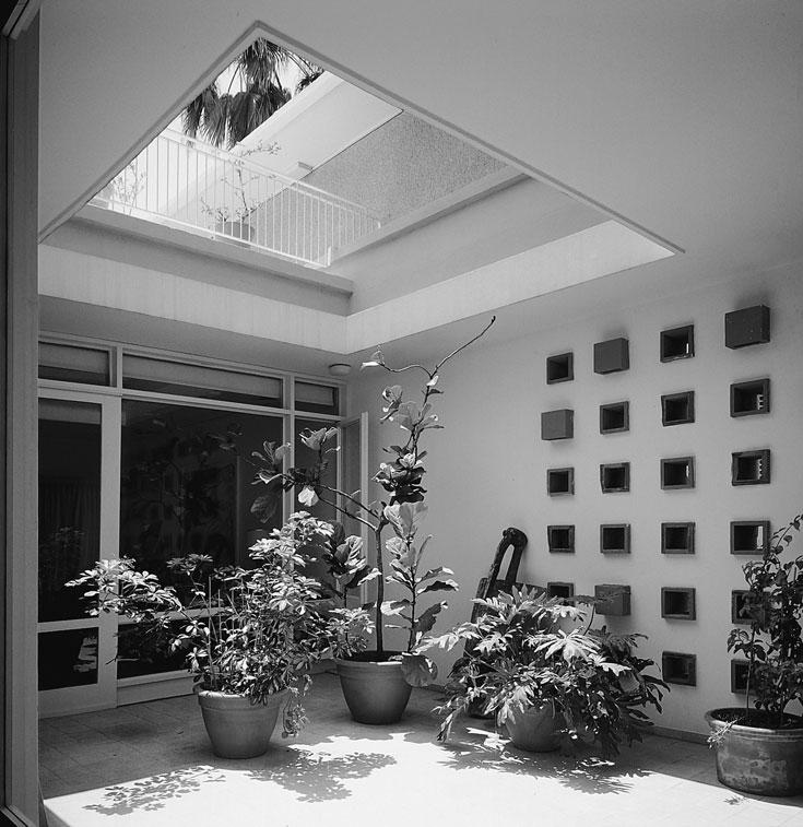 החצר המופנמת של וילה זקס בשדרות בן גוריון בתל אביב. מקור אור טבעי ואוורור לתוך הבית (צילום: ג'ורג' פסי, מתוך הספר ''בתים מן החול'' מאת ניצה סמוק)
