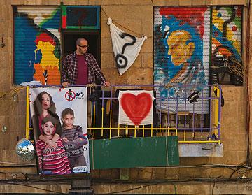 """היוזמה של קבוצת """"לא מצונזרת"""". נשים מצטלמות לכרזות שנתלות ברחבי העיר (צילום: דפנה טל)"""