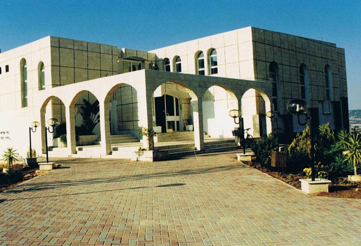 עוד פרויקט של מרצבך: בית הכנסת בעתניאל. לא היסס לשלב קשתות מזרחיות והשפעות אירופאיות. השיח האדריכלי לא עניין אותו (צילום: מתוך עיזבון אדריכל דן מרצבך ז''ל)