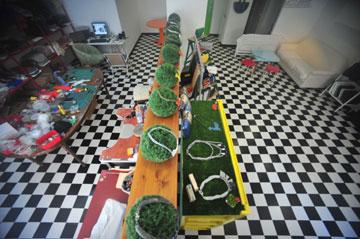 מצד אחד חנות, מצד שני סדנת עבודה. בתווך: כדורי הדשא שעליהם מוצגים התכשיטים (צילום: עומר מסינגר)